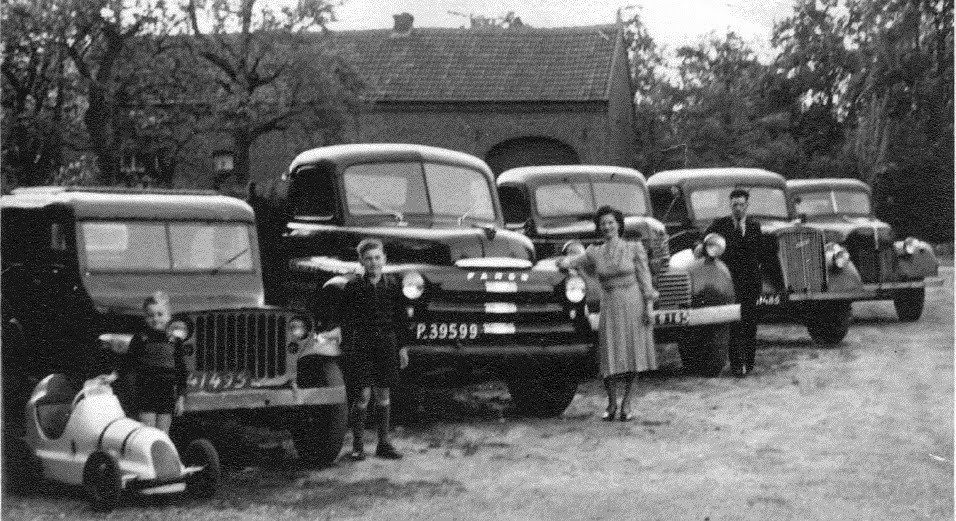1952-Serve-met-trapauto-Wiel-met-Willy-Fargo-1952-Ma-Lies-Dodge-met-pap-Sjuul-Federal-Trekker-Duitse