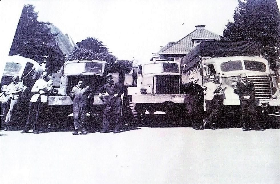 Fedde-Walda-met-personeel-markt-Raalte-1948