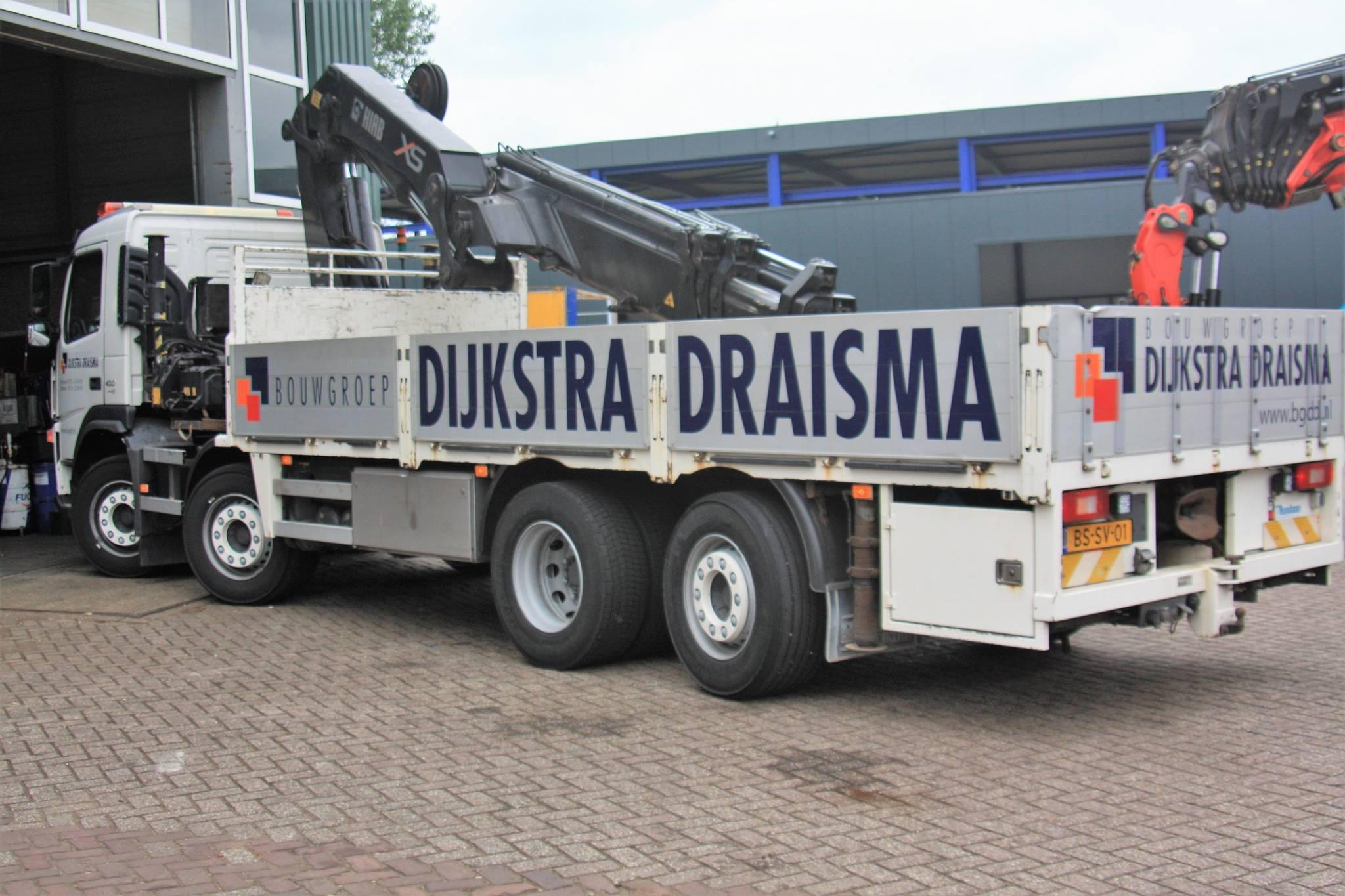 Volvo-FM-is-door-Rondaan-opgebouwd-en-voorzien-van-een-HIAB-XS-autokraan-en-er-zit-een-RAF-aanhangwagen-achter-van-2008-gebouwd-voor-Bouwgroep-DIJKSTRA-DRAISMA-uit-Dokkum-en-Bolsward-3
