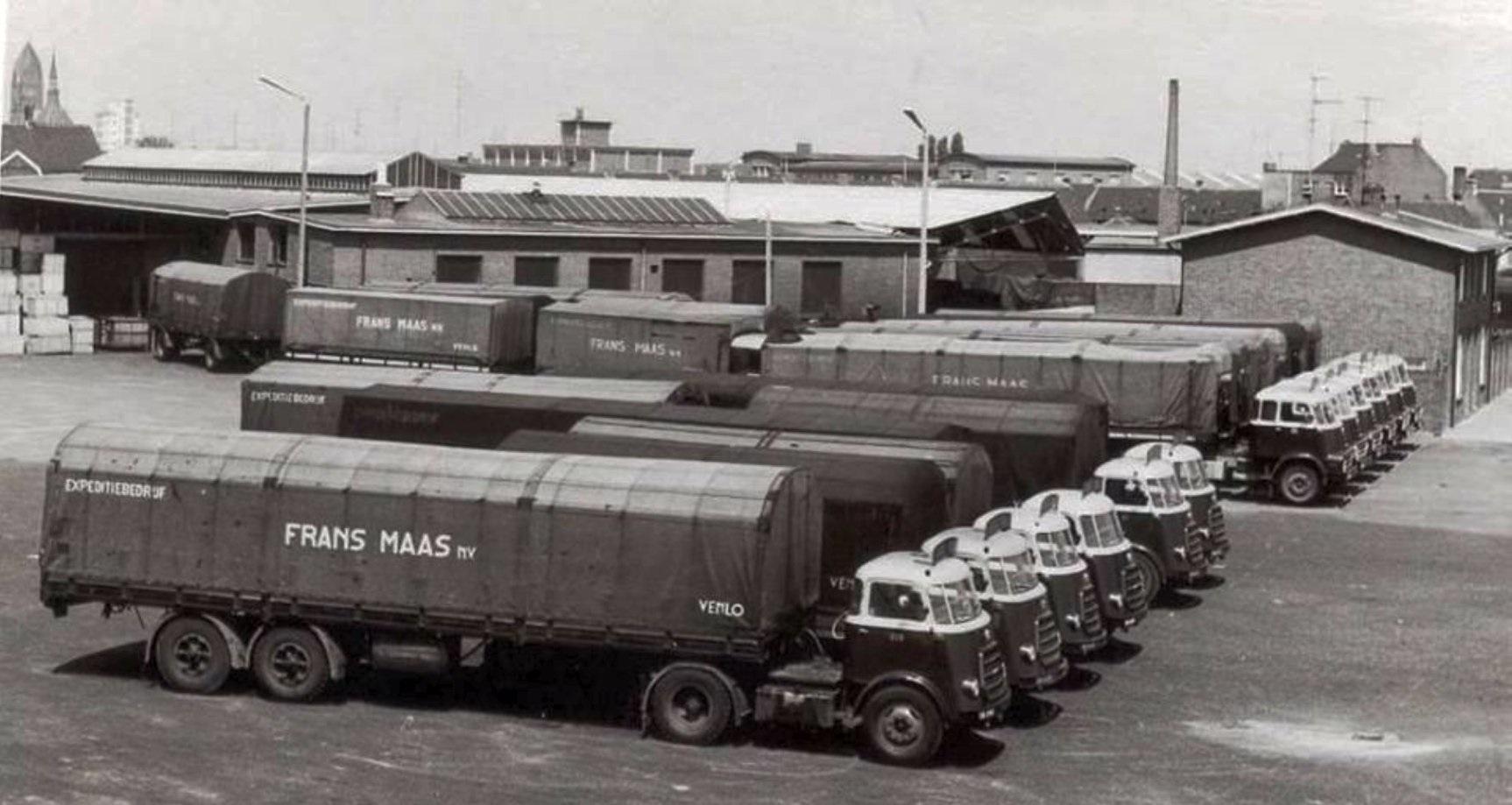 1958-weekend-voorgrond-Daf-A-klasse-achter-Daf-2000-DO