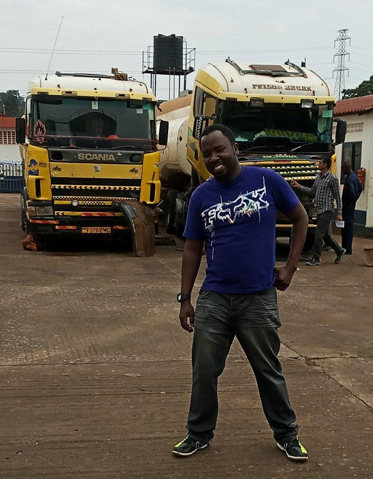 Mkhaleedy-Mwanja-na-de-service-opweg-naar-Kenia-uit-Uganda[1]