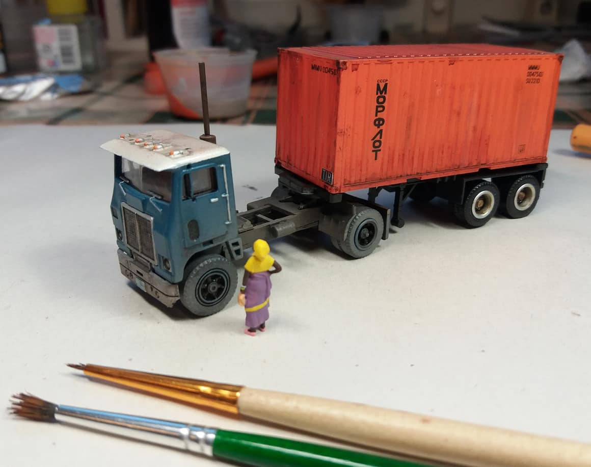 White-truck-model-with-sea-container-from-Cuba-1