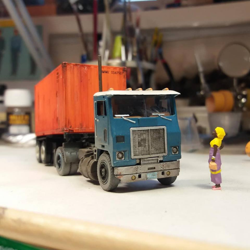 White-truck-model-with-sea-container-from-Cuba-2