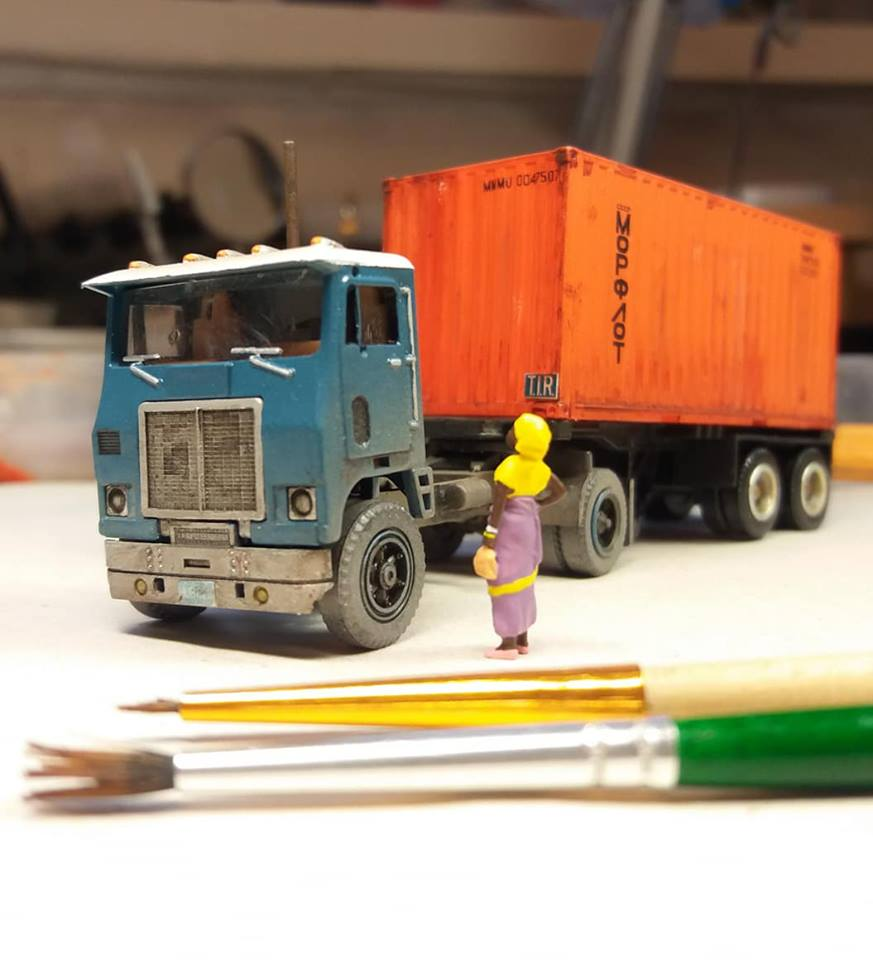 White-truck-model-with-sea-container-from-Cuba-3