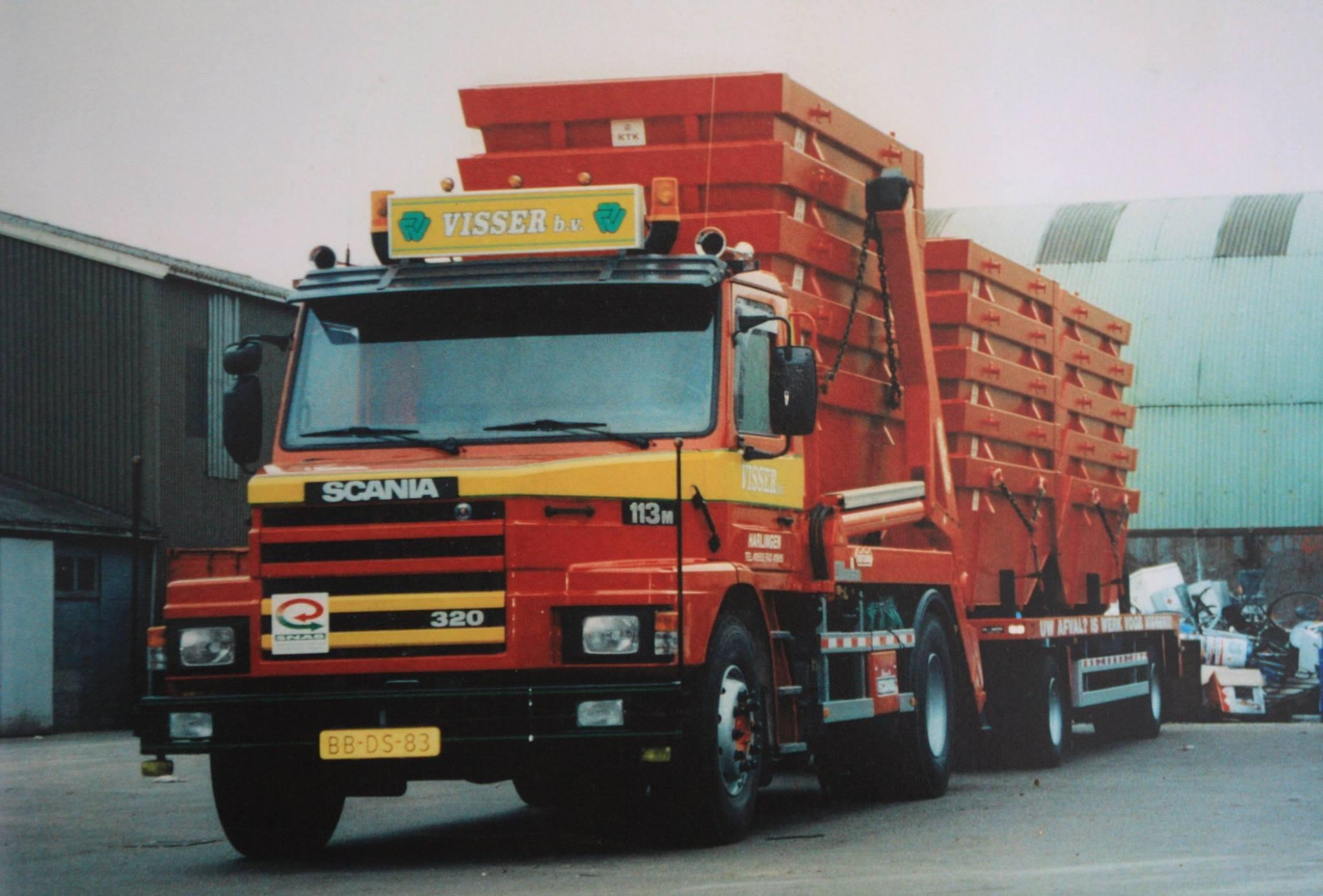 Scania-113-M-320-pk-torpedo-van-1994-met-een-Nooteboom-portaal-systeem-en-een-GS-aaanhangwagen-van-1984-van-Visser-afvalverwerking-1