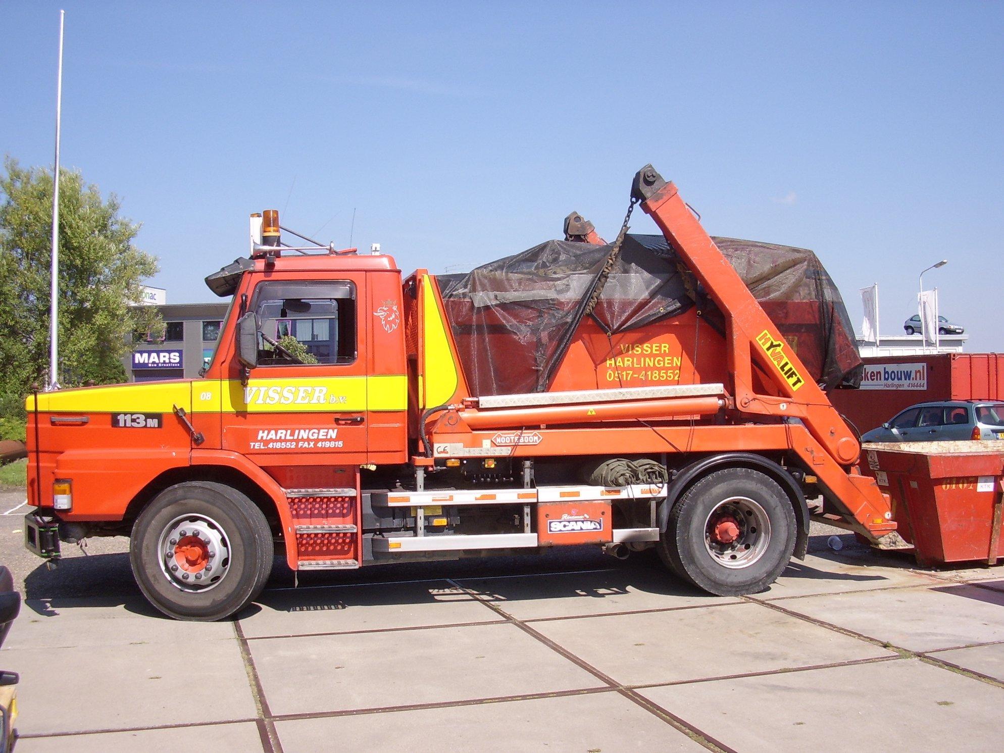 Scania-113-M-320-pk-torpedo-van-1994-met-een-Nooteboom-portaal-systeem-en-een-GS-aaanhangwagen-van-1984-van-Visser-afvalverwerking-3