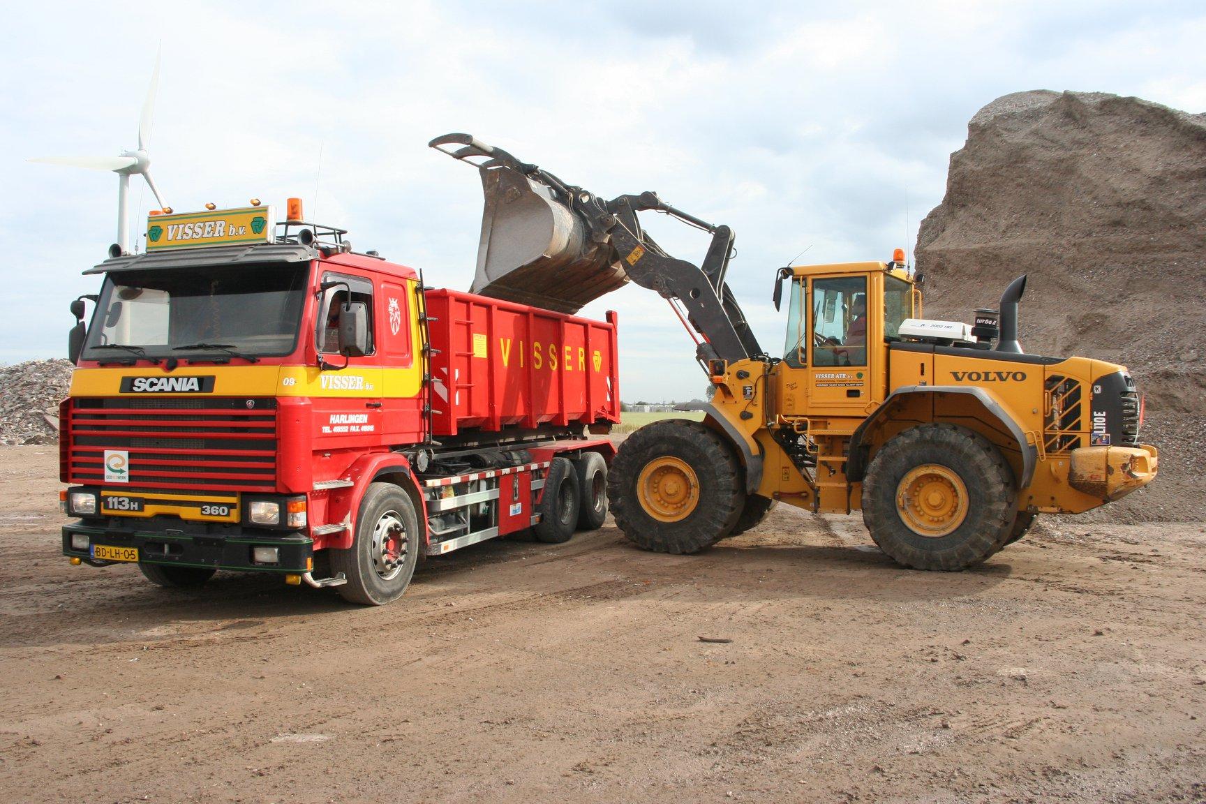 Scania-113H-van-Visser-afvalverwerking--transport-en-Recycling-BV-te-Harlingen-met-NCH-kabelsysteem-is-opgebouwd-door-Rondaan-in-Berlikum-met-een-RAF-container-aanhangwagen-gebouwd-in-1996-1