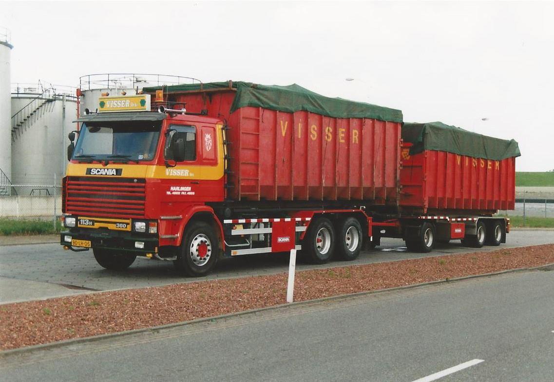 Scania-113H-van-Visser-afvalverwerking--transport-en-Recycling-BV-te-Harlingen-met-NCH-kabelsysteem-is-opgebouwd-door-Rondaan-in-Berlikum-met-een-RAF-container-aanhangwagen-gebouwd-in-1996-2