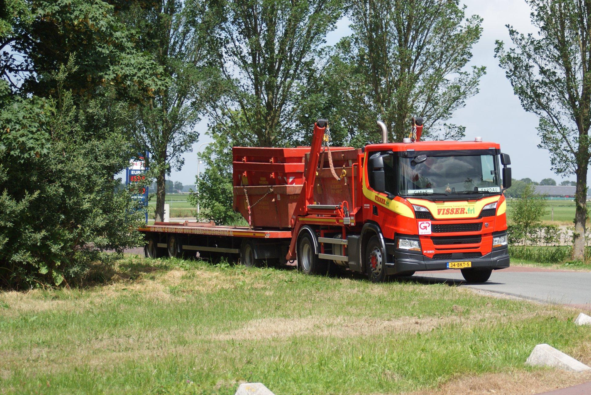 Scania-P320-met-een-portaal-systeem-en-een-lange-RAF-tandemas-aanhangwagen-1
