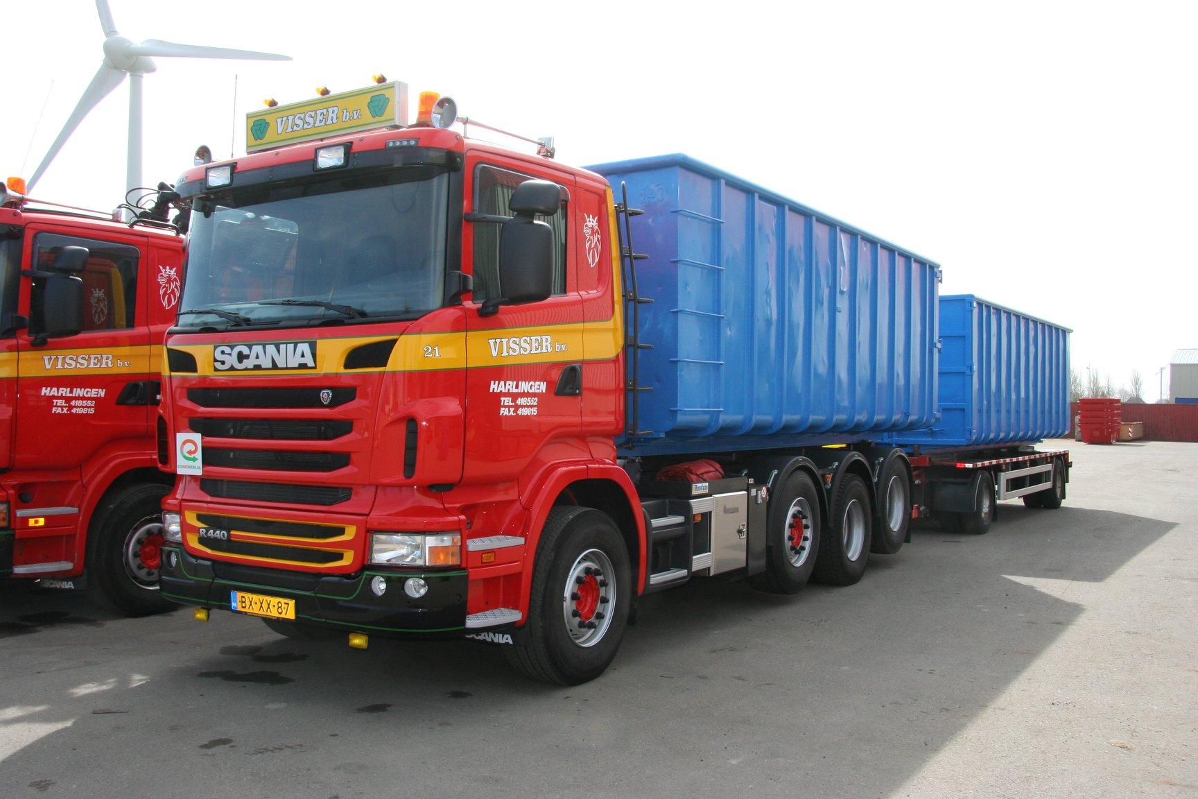 Scania-R440-2011-is-een-NCH-kabelsysteem-opgezet-en-een-RAF-container-aanhangwagen-1990-zijn-gebouwd-door-Rondaan-in-Berlikum