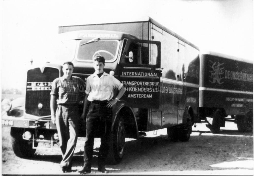 MAN-620-vrachtwagencombinatie-bouwjaar-1957-welke-werd-ingezet-voor-de-koekfabriek-De-Onderneming-van-de-familie-De-Leeuw--Foto-is-genomen-bij-chauffeurscafe-De-oude-Ketting-in-Boxtel