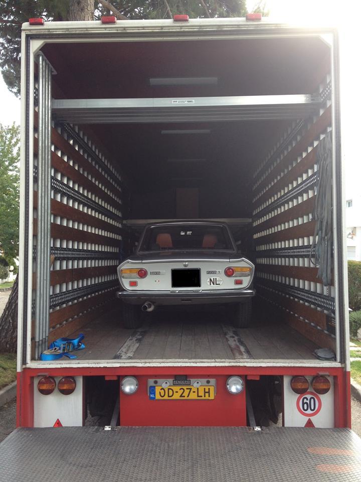Ook-nog-een-oude-Lancia-in-de-verhuisoplegger-erbij-geplaatst