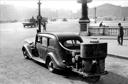 Peugeot-402-B-avec-sa-remorque-gazogene-Paris-1941