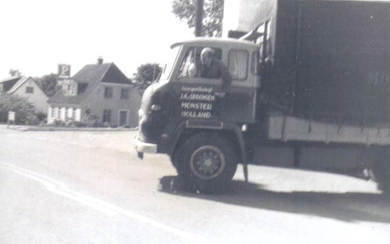 VB-96-82-met-Piet-Straathof-achter-het-stuur