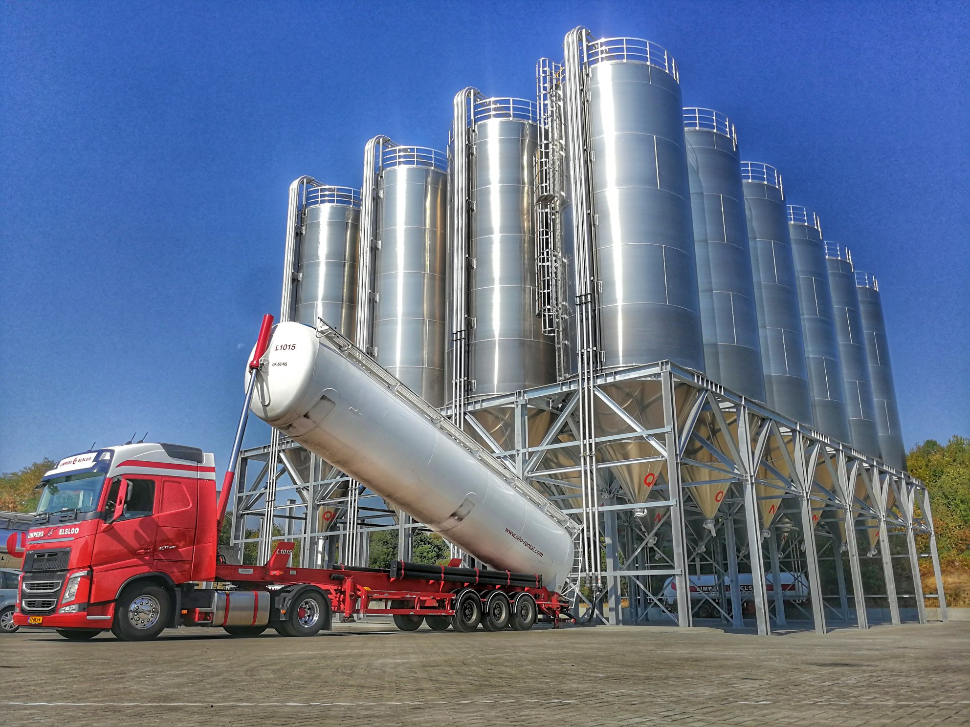 3-8-2918-De-eerste-vrachten-zijn-al-in-onze-nieuwe-silo-s-gelost