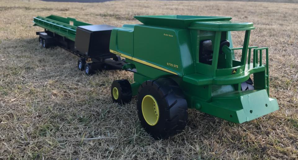 Wooden-model-of-a-John-Deere-9770--with-a-Midwest-comb-trailer-1