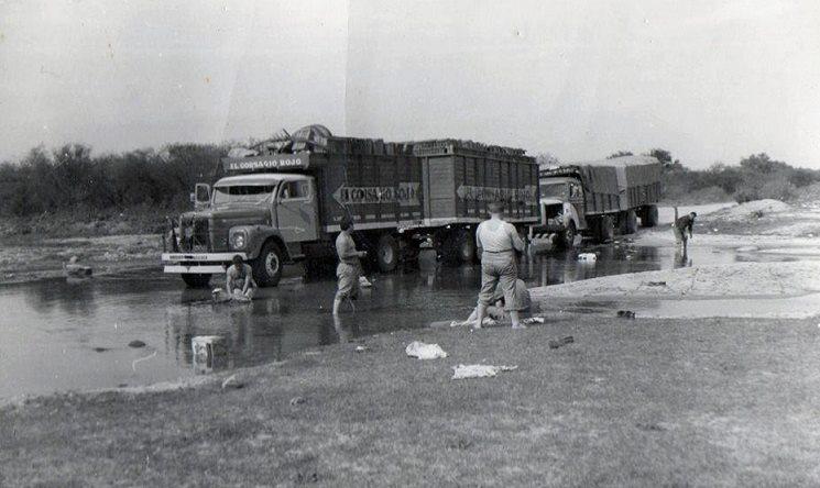 1961zelf-de-kleren-wassen-onderweg--Transport-van-Rood-koper-naar-Tucuman-