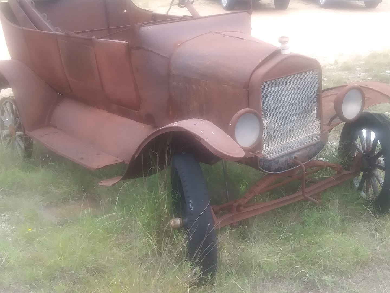 Ford-T-sedan-baking-in-the-Texas-sun--