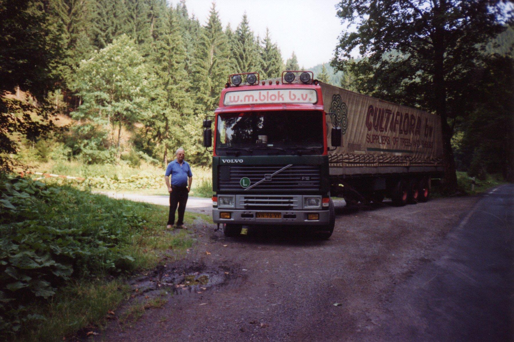 Bert-Klanderman-in-Haselbach-ThuringenThuringerwald-in-voornmalig-Oost-Duitsland-met-een-vracht-glazen-buisjes-uit-Engeland-voor-een-Kerstballen-fabriek-zomer-1996-