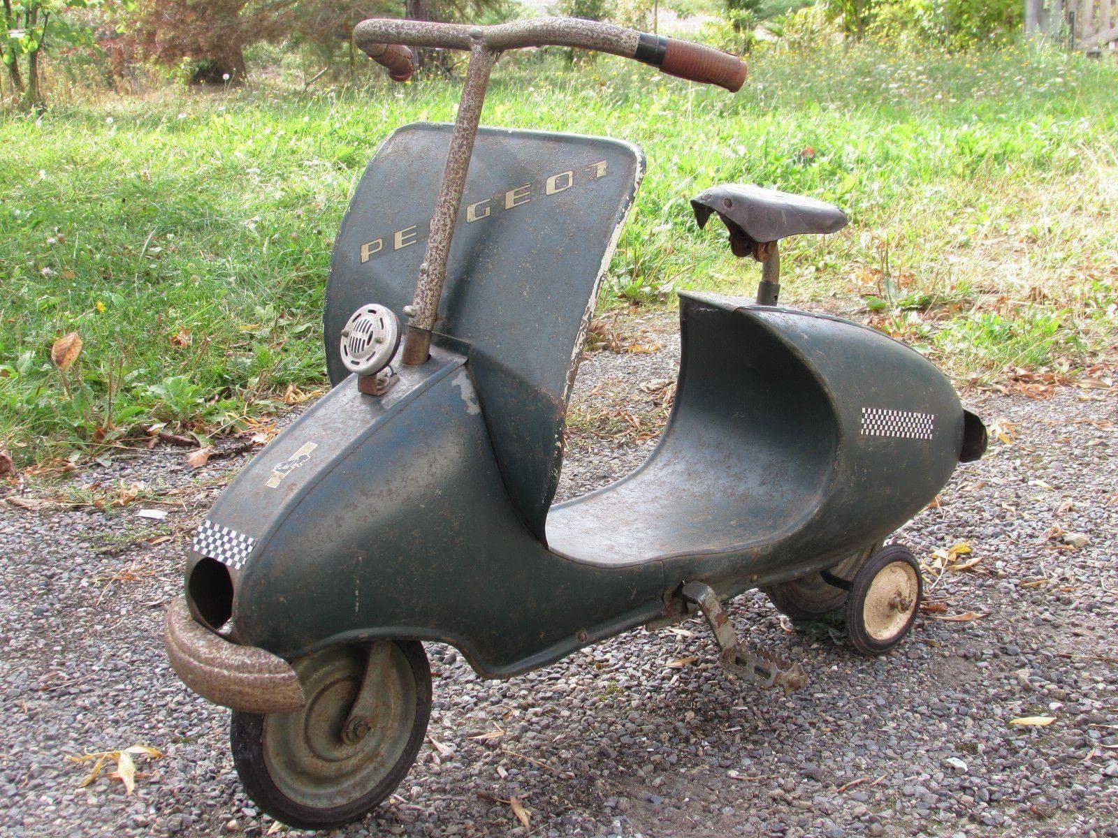 Een-oud-speeltje-de-peugeot-scooter--met-mechanische-pedalen--minder-bekend-dan-de-auto