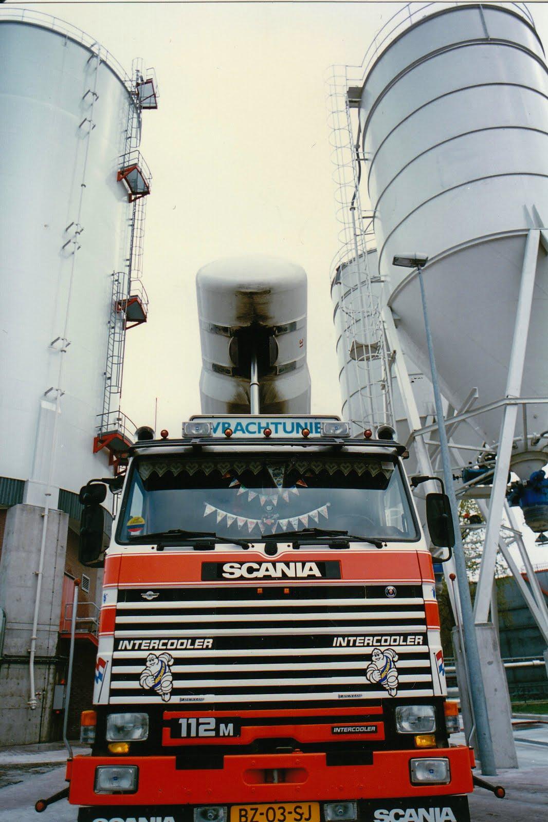 Scania-bij-de--de-silo--van-het-bedrijf