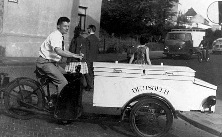 Brunssum-de-Heer-Oberje-met-ijskar-met-motor-ca-1962--