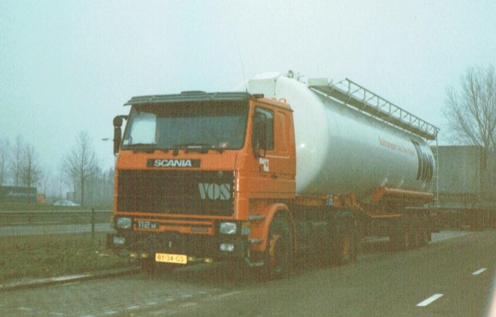 Simon-Verhagen-scania-2-serie-harry-vos-met-bulktrailer-in-waalwijk-naast-de-maasroute-met-op-de-achtergrond-nog-een-auto-van-appels-foto-CM