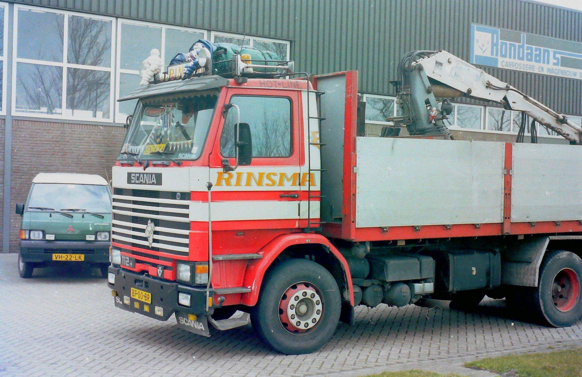 Scania-112H-V8-met-autolaadkraan-van-Berend-Rinsma-uit-Franeker-voor-het-bedrijf-van-Rondaan-in-Berlikum.