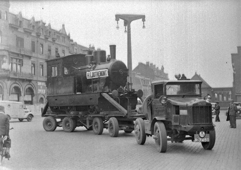 1939-Stationsplein--Transport-uit-Gulpen-op-een-trailer-met-luchtbanden-van-de-laatste-28-ton-zware-locomotief-van-de-tramlijn-Maastricht---Vaals