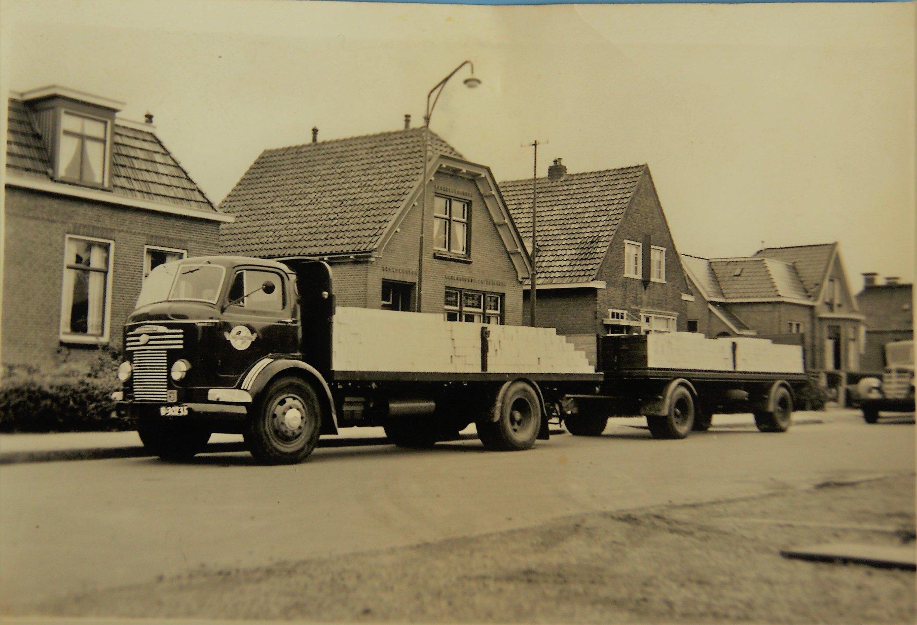 Commer-is-de-laadbak-en-op-de-aanhangwagen-waarschijnlijk-een-PKA-ook-de-laadbak-door-Rondaan-uit-Beetgum-opgebouwd-voor-Tl--Krol-en-C-Lautenbag-uit-Nieuwe-Bildtzijl