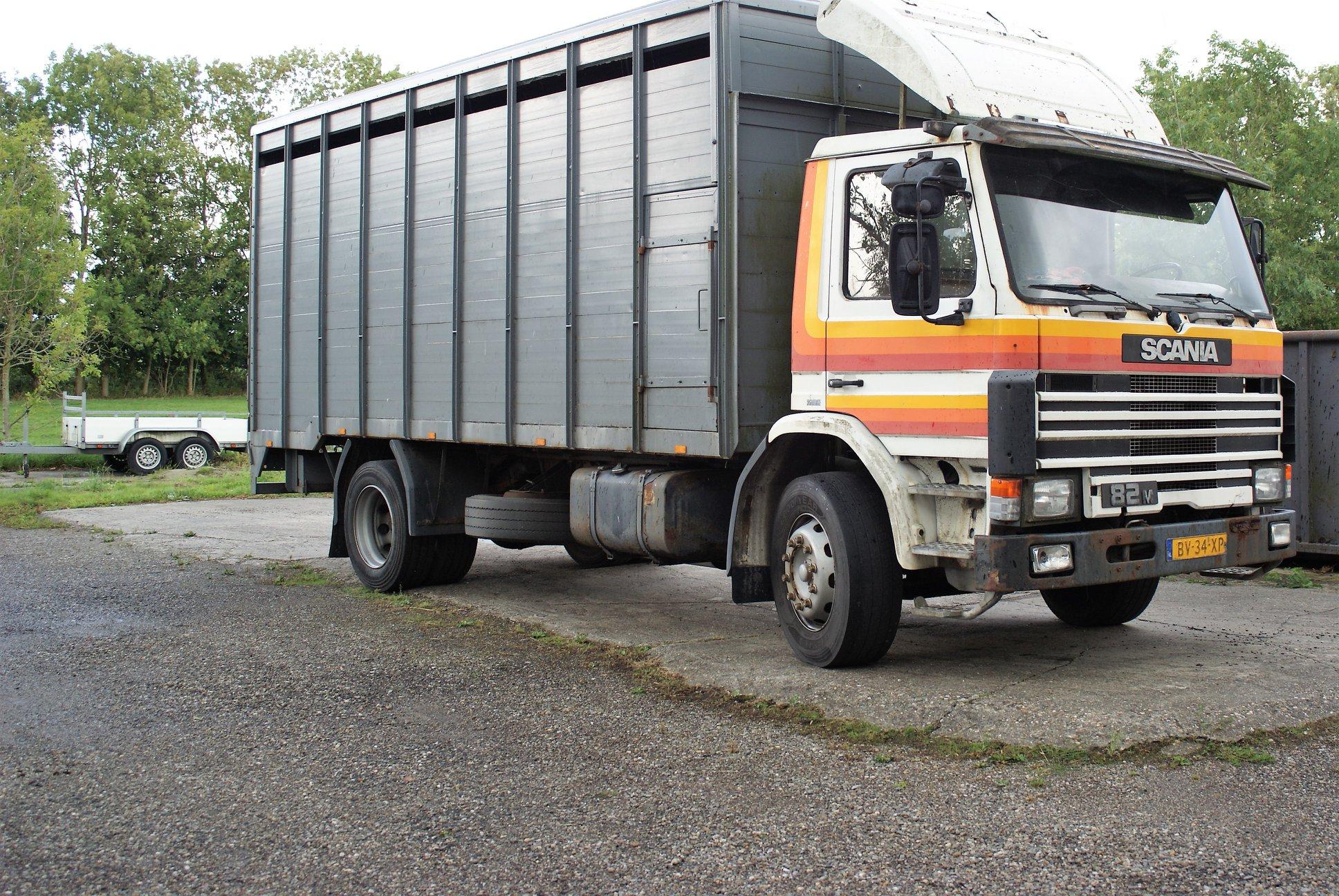Scania-82V-J-R-paardenhandelaar-uit-Bedum-met-een-opbouw-van-ons-1