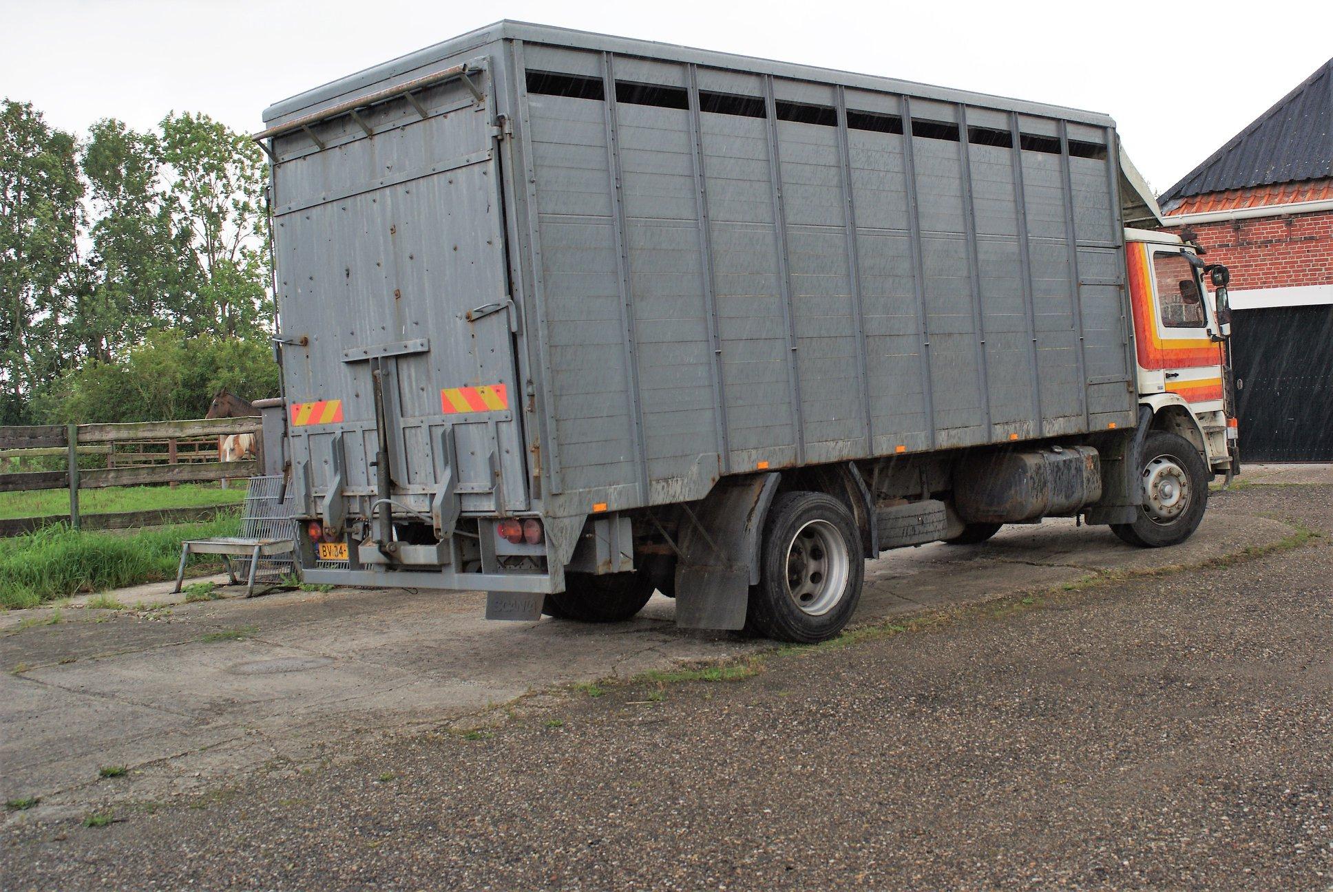 Scania-82V-J-R-paardenhandelaar-uit-Bedum-met-een-opbouw-van-ons-2