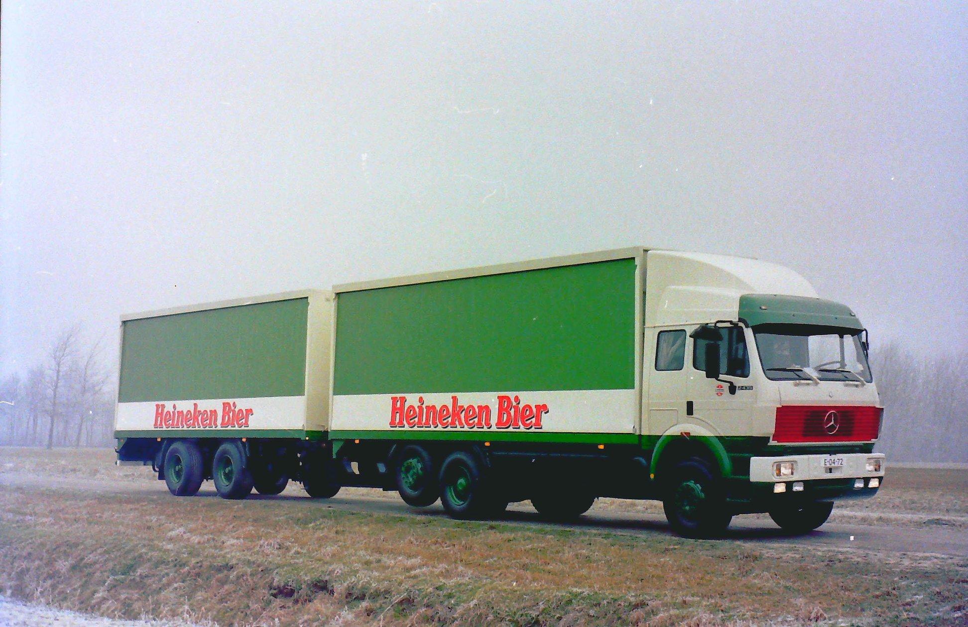 Rondaan-Carr--Deze-Mercedes-met-rolkleden-opbouw-en-een-RAF-middenas-aanhangwagen-ook-met-een-rolkleden-opbouw-rijdend-voor-Heineken-Bier-1