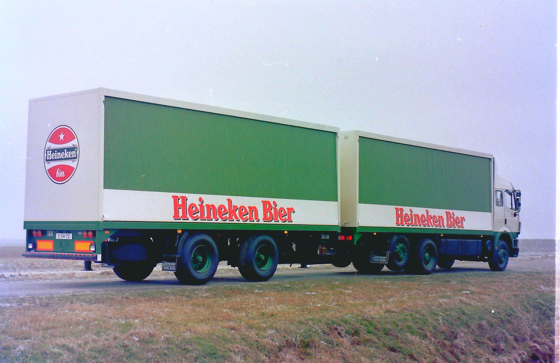 Rondaan-Carr--Deze-Mercedes-met-rolkleden-opbouw-en-een-RAF-middenas-aanhangwagen-ook-met-een-rolkleden-opbouw-rijdend-voor-Heineken-Bier-2