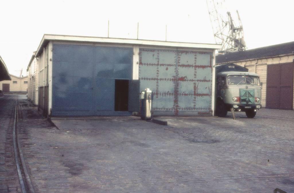 de-garage-van-Hegeman-in-Rotterdam-aan-de-Binnenhaven-met-de-Mercedes-Benz-van-Hans-Proveniers-2