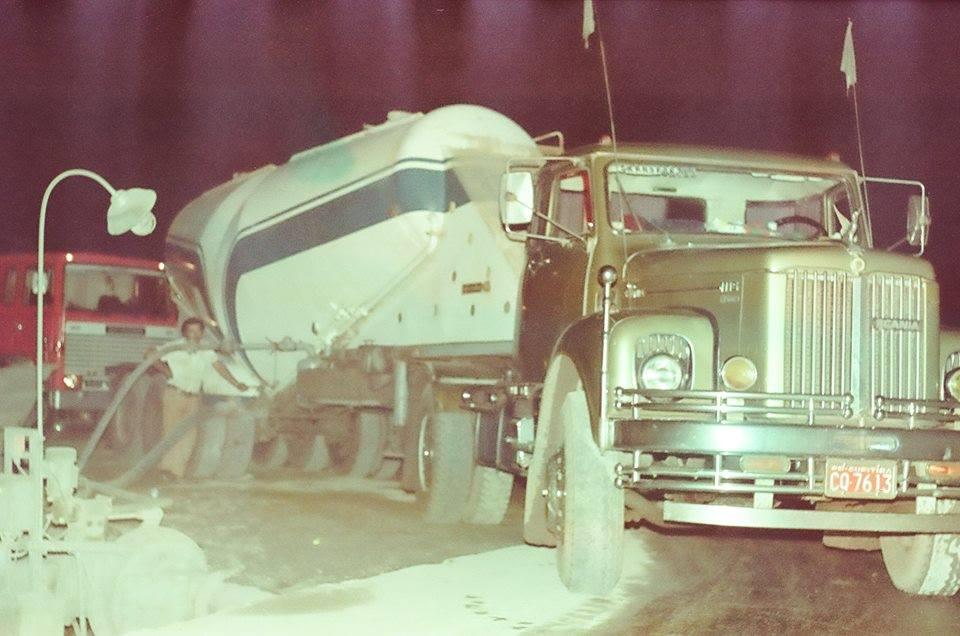 Scania-truck--wordt-geleegd-in-de-betonnen-plant--in-de-waterkrachtcentrale-van-itaipu