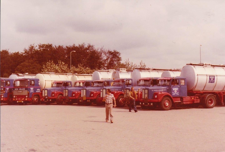 1-Sept-1977-Autos-op-stellen-voor-het-25-jarig-jubileum-van-de-Wetro-onder-toeziend-oog-van-Sr-en-Jr--