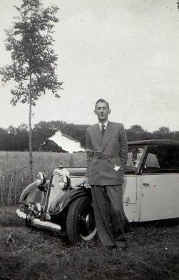 Guus-met-zijn-eerste-auto--1938--2