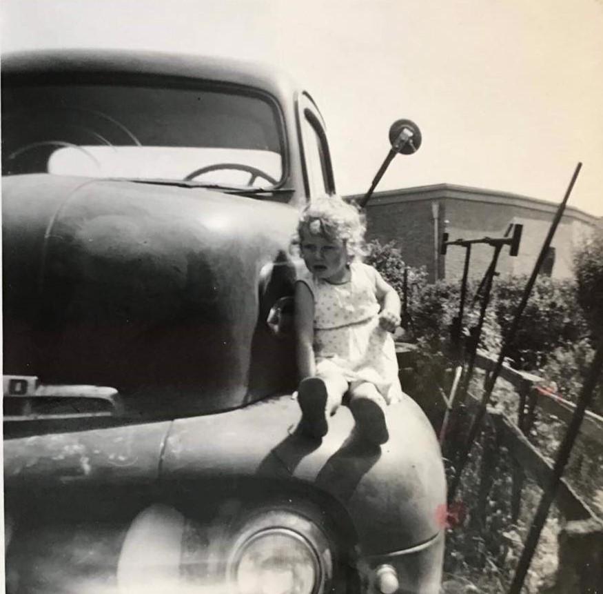 Alie-de-Bruin-aug-1960-bij-de-ford-benzine-met-dichte-bak-die-klaar-stond-voor-de-sloop--2