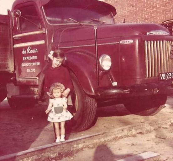 Alie-de-Bruin-poseert-op-23-december-1963-voor-de-eerste-Volvo-van-de-firma-op-de-Koop-Kuipersweg--2