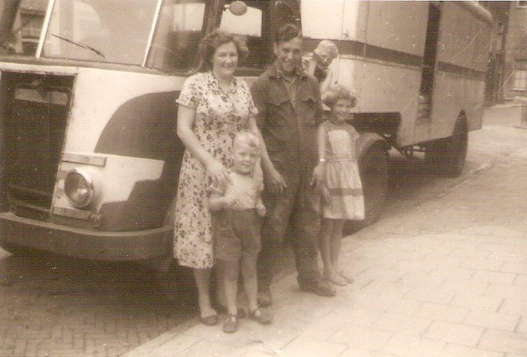 0-daf-1953--Tjeerd-van-Dekken-op-bezoek-in-Tiel--Met-schoonzuster-Beitske-van-Dekken-van-der-Schors-en-haar-kinderen-Dries-en-Janna