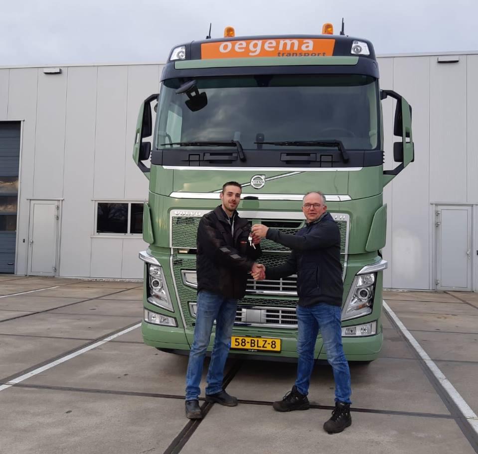 Rick-heeft-zijn-nieuwe-dikke-Volvo-Truck-ook-en-stapt-vanuit-de-garage-de-truck-op--27-3-2019--1