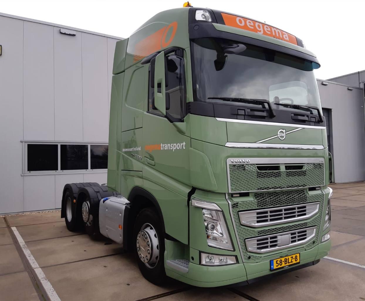 Rick-heeft-zijn-nieuwe-dikke-Volvo-Truck-ook-en-stapt-vanuit-de-garage-de-truck-op--27-3-2019--2