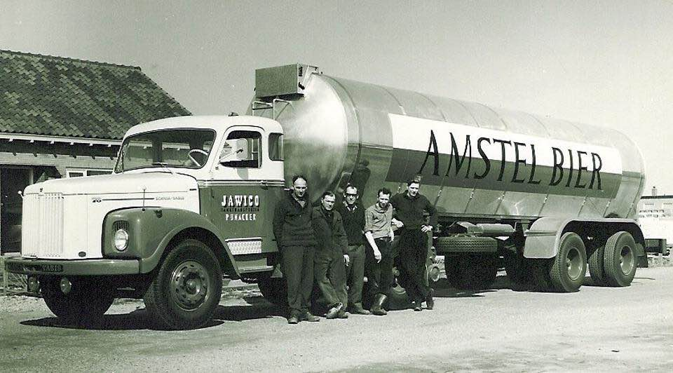 JAWICO-Pijnacker--met-Amstelbier-oplegger---en-5-lachende-chauffeurs