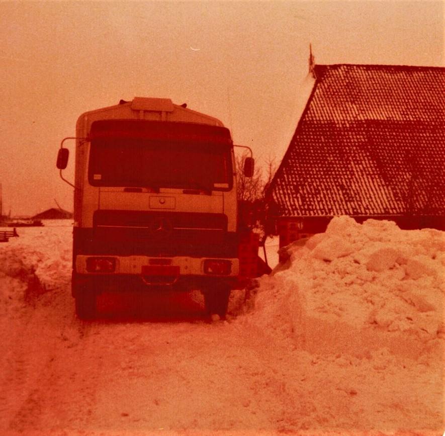 MB-Winter--78--79-vrachtje-bier-lossen-in-stavoren-bij-broer-Kuperus-2
