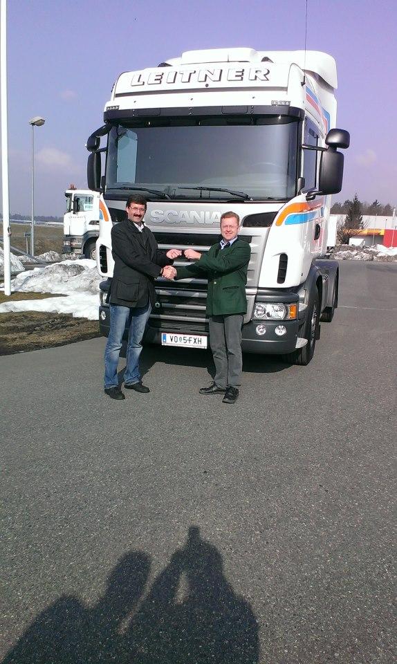 2013--Schlusselubergabe-Scania---Bernd-Brummer-Scania-Europe-an-Franz-Leitner