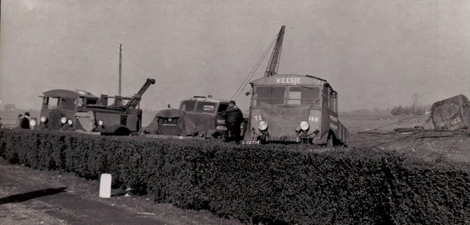 Den-Haag-Rotterdam-bij-Overschie-Waren-aan-het-werk-om-een-70-ton-ketel-uit-de-sloot-te-halen-die-een-ander-verloren-had-en-er-werdt-gewoon-langs-de-weg-doorgewerkt-terwijl-het-verkeer-gewoon-doorging-4