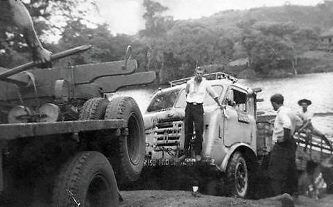 FNM--truck-geladen-met-hout-na-de-redding-van-de-bodem-van-de-itapagipe-rivier-60