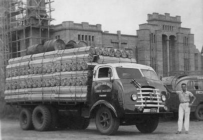 joel-camargo-zijn-vader-in-een-FNM--d-9-500-cabine-metro-geladen-met-hout-gebogen-voor-de-vervaardiging-van-bedden-van-de-bed-industries-patent-blue-belt--en-campo-mourao-