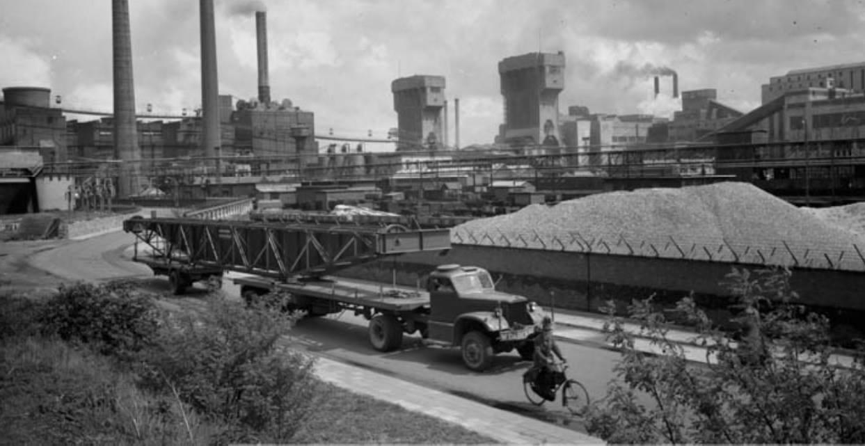 1951-Emma-Beek-een-transport-van-een-kraan-van-uit-de-haven-van-Stein